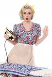 Casalinga di anni '50 che preme i vestiti con ferro d'annata, c umoristica Fotografia Stock Libera da Diritti