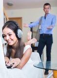 Casalinga dipendente ad Internet e marito che viene a casa Fotografia Stock