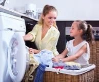Casalinga e ragazza che fanno lavanderia Fotografia Stock Libera da Diritti