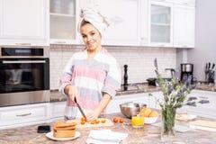 Casalinga felice Cooking in cucina fotografia stock