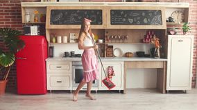 Casalinga felice Washes Floor video d archivio