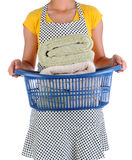 Casalinga Holding un canestro di lavanderia degli asciugamani Fotografia Stock Libera da Diritti