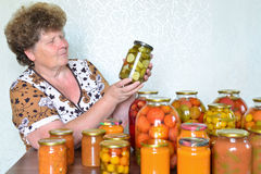 Casalinga matura con le verdure inscatolate domestiche fotografia stock libera da diritti