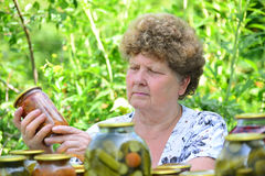 Casalinga matura con un alimento inscatolato per l'inverno Fotografia Stock Libera da Diritti