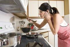 Casalinga nella cucina Fotografia Stock