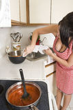 Casalinga nella cucina Fotografia Stock Libera da Diritti