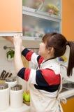 Casalinga nella sua cucina immagine stock