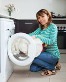 Casalinga ordinaria che per mezzo della lavatrice Fotografia Stock