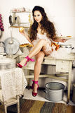 Casalinga pazza della donna vera sulla cucina, mangiante perfoming, bizare Fotografie Stock Libere da Diritti