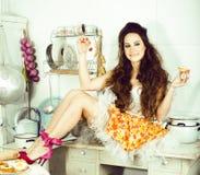 Casalinga pazza della donna vera sulla cucina, mangiante perfoming, ragazza del bizare fotografia stock libera da diritti