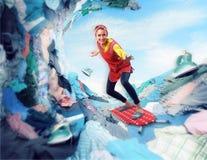 Casalinga sorridente felice che pratica il surfing sulla tavola da stiro Fotografia Stock Libera da Diritti