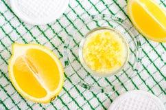 Casalingo sfreghi il piede per inzupparsi o sale da bagno con il succo e scorza di limone, sale marino e olio d'oliva Trattamenti immagini stock