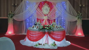 Casamento ajustado da tabela decorado com flores e curva da seda vídeos de arquivo