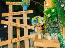 Casamento, amor, felizes no fundo de madeira e verde da folha Imagem de Stock