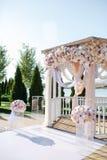 Casamento ao ar livre ceremony Arco do casamento Arco feito da madeira decorada com as flores pasteis de matéria têxtil de algodã imagens de stock royalty free