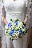 Casamento bonito um ramalhete nas mãos da noiva Imagem de Stock Royalty Free