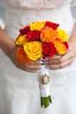 Casamento bonito um ramalhete nas mãos da noiva Fotos de Stock