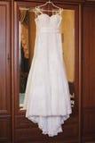 Casamento branco Dresseshanging no armário Imagens de Stock Royalty Free