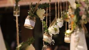 casamento ceremony Arco do casamento Arco do casamento feito de flores selvagens e de orelhas do trigo nos bancos filme