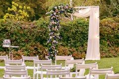 casamento ceremony Arco do casamento O arco do casamento feito dos ramos, das flores e das hortaliças está na grama verde no banc fotos de stock royalty free