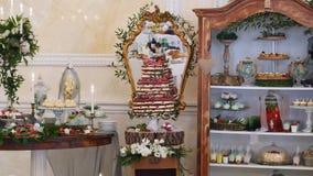 Casamento da barra de chocolate, bufete dos doces, barra de chocolate deliciosa em um casamento vídeos de arquivo