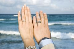 Casamento de praia do Cararibe - os anéis Fotos de Stock Royalty Free