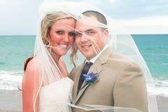 Casamento de praia: Noiva e noivo Fotografia de Stock Royalty Free