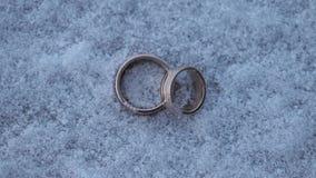 Casamento de prata na joia macro do diamante do tiro do close up dos anéis da neve video estoque