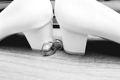 casamento decor As sapatas do ` s da noiva, um ramalhete bonito do casamento, os anéis, o boutonniere e a joia são apresentados b foto de stock royalty free