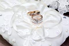 casamento decor As sapatas do ` s da noiva, um ramalhete bonito do casamento, os anéis, o boutonniere e a joia são apresentados b imagem de stock royalty free