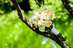 casamento decor As sapatas do ` s da noiva, um ramalhete bonito do casamento, os anéis, o boutonniere e a joia são apresentados b fotos de stock