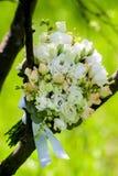 casamento decor As sapatas do ` s da noiva, um ramalhete bonito do casamento, os anéis, o boutonniere e a joia são apresentados b fotos de stock royalty free
