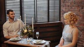 casamento decor serving artwork Noivos em um terno que senta-se na tabela servida no fundo de um tijolo e vídeos de arquivo