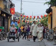 Casamento e turistas em ruas de Hoi An, Vietname imagem de stock royalty free