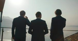Casamento em Montenegro Cerimônia europeia tradicional Manhã antes da recepção 4K Homens de negócio Três homens no azul filme