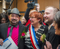 Casamento entre homossexuais, par masculino que levanta com Mayor Fotografia de Stock