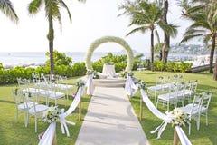 Casamento estabelecido no jardim dentro da praia Fotos de Stock