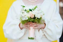 Casamento floristry nas mãos da noiva fotografia de stock royalty free