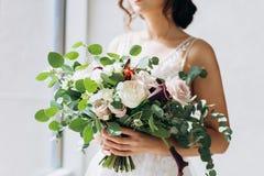 Casamento floristry nas m?os da noiva fotografia de stock