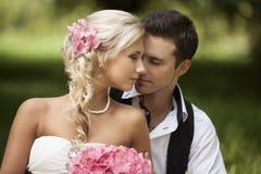 Casamento, homem novo feliz e comemoração da mulher Imagem de Stock