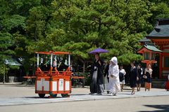 Casamento japonês conduzido em um complexo do santuário em Fukuoka PIC w fotos de stock