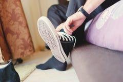 Casamento moderno do moderno, sapatilhas vestindo do noivo Imagens de Stock Royalty Free