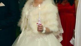 Casamento na igreja, noivos Cerimônia de casamento do católico grego Noivos com velas na igreja vídeos de arquivo