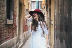 casamento A noiva europeia nova está andando em Veneza Italy imagem de stock royalty free