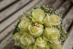 casamento O ramalhete do ` s da noiva com alianças de casamento Ramalhete nupcial Foto de Stock