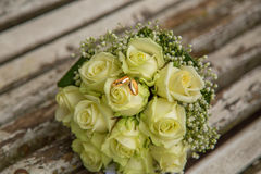 casamento O ramalhete do ` s da noiva com alianças de casamento Ramalhete nupcial Imagens de Stock Royalty Free