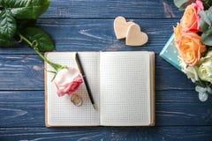 Casamento para fazer a lista com flores imagens de stock royalty free