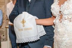 Casamento tradicional que handfasting na igreja fotos de stock