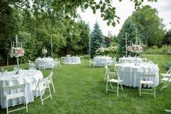 Casandose banquete en el aire abierto, casandose la decoración en las tablas Foto de archivo libre de regalías