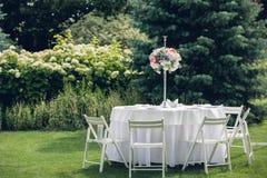 Casandose banquete en el aire abierto, casandose la decoración en las tablas Imagenes de archivo